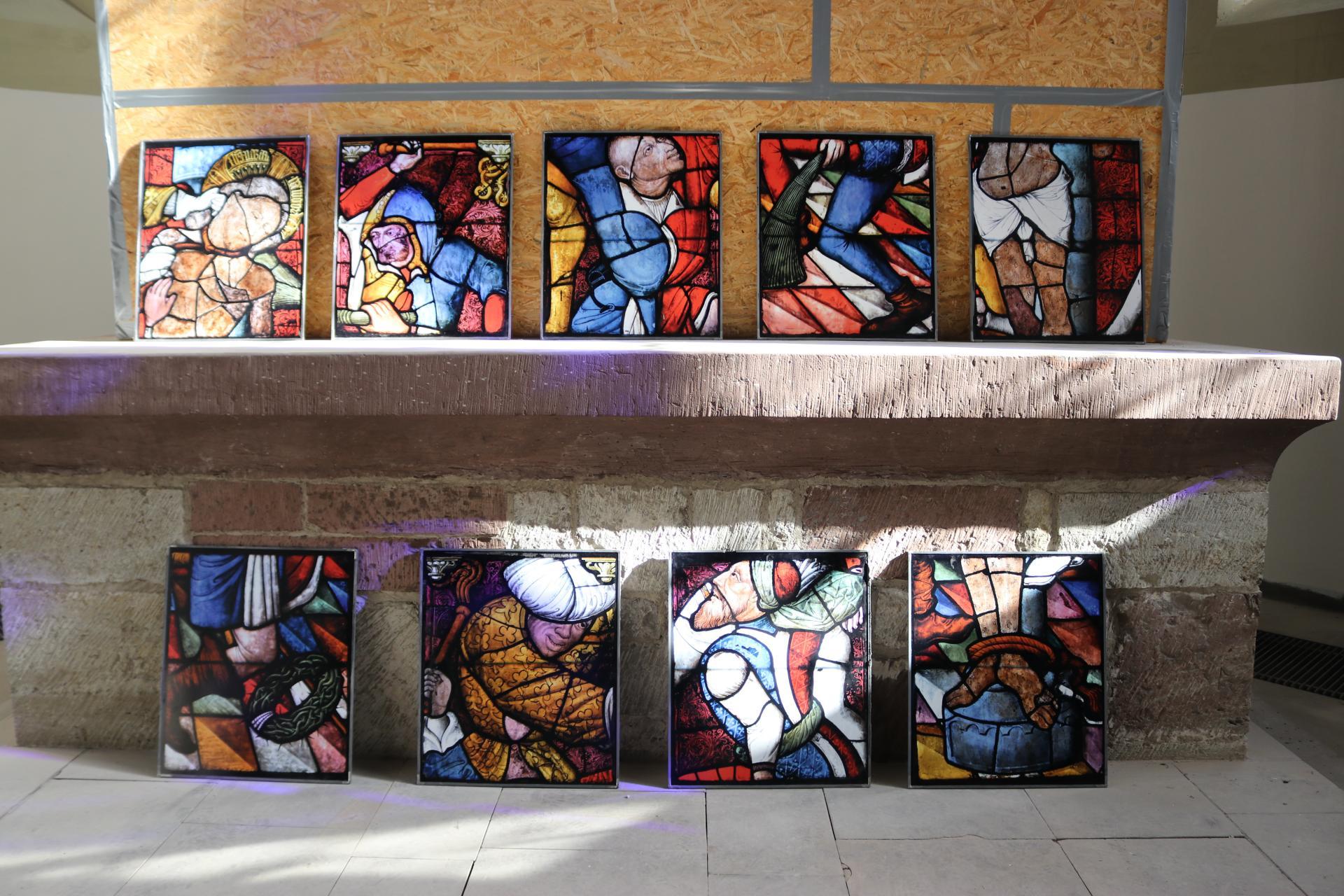 Mittelalterliche Glasmalereien aus der St. Sixti-Kirche zur  Passionsgeschichte: Hier die neun Felder zur Geißelung Jesu. Foto: Jan von Lingen