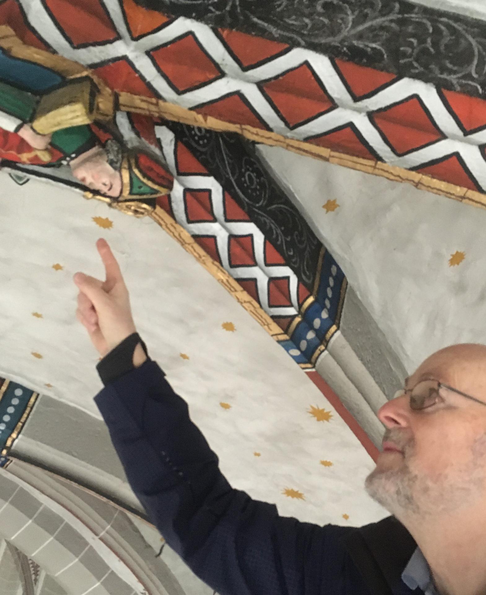 Christian Steigertahl zeigt auf Sixtus im Abstand von 10 cm