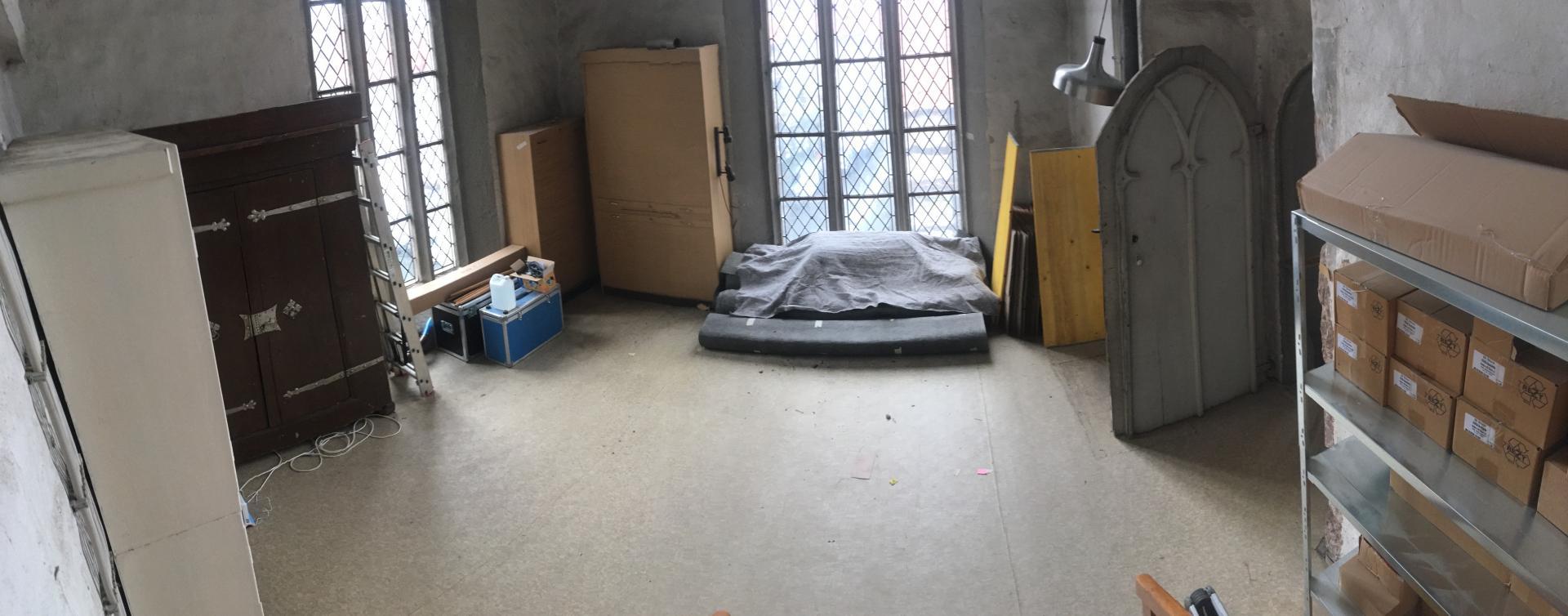 Bild 442 zeigt den zukünftigen Heizzentralenraum mit noch Restmöbeln