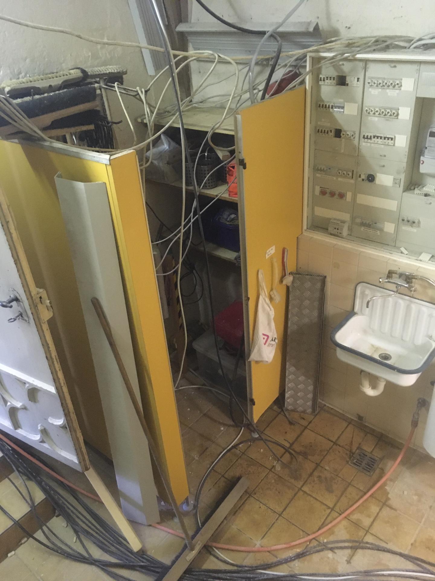 Bild 964 zeigt die Besenkammer vor der Entsorgung (auf Bilder der Toilettenanlage habe ich verzichtet)