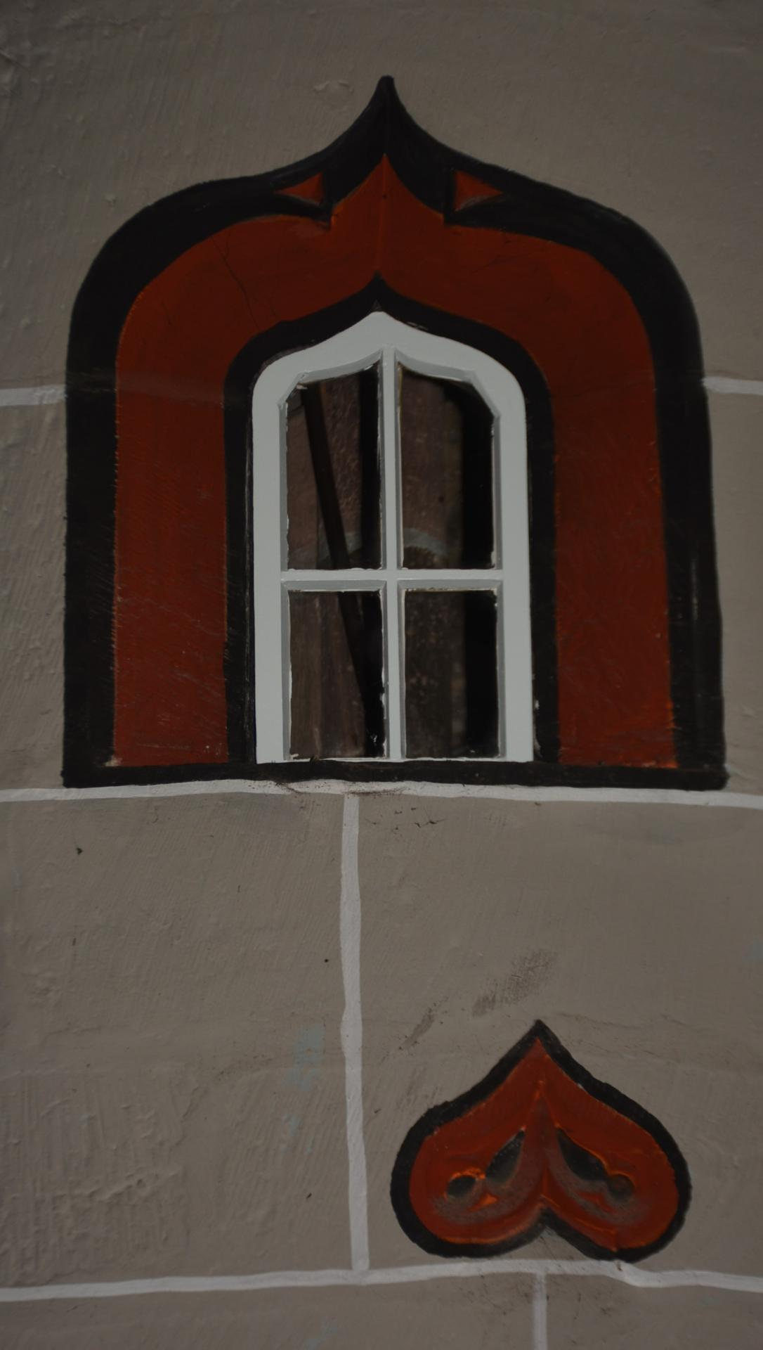 Ein Fenster des Wendelturms, durch das man von innen in den Kirchenraum sehen kann