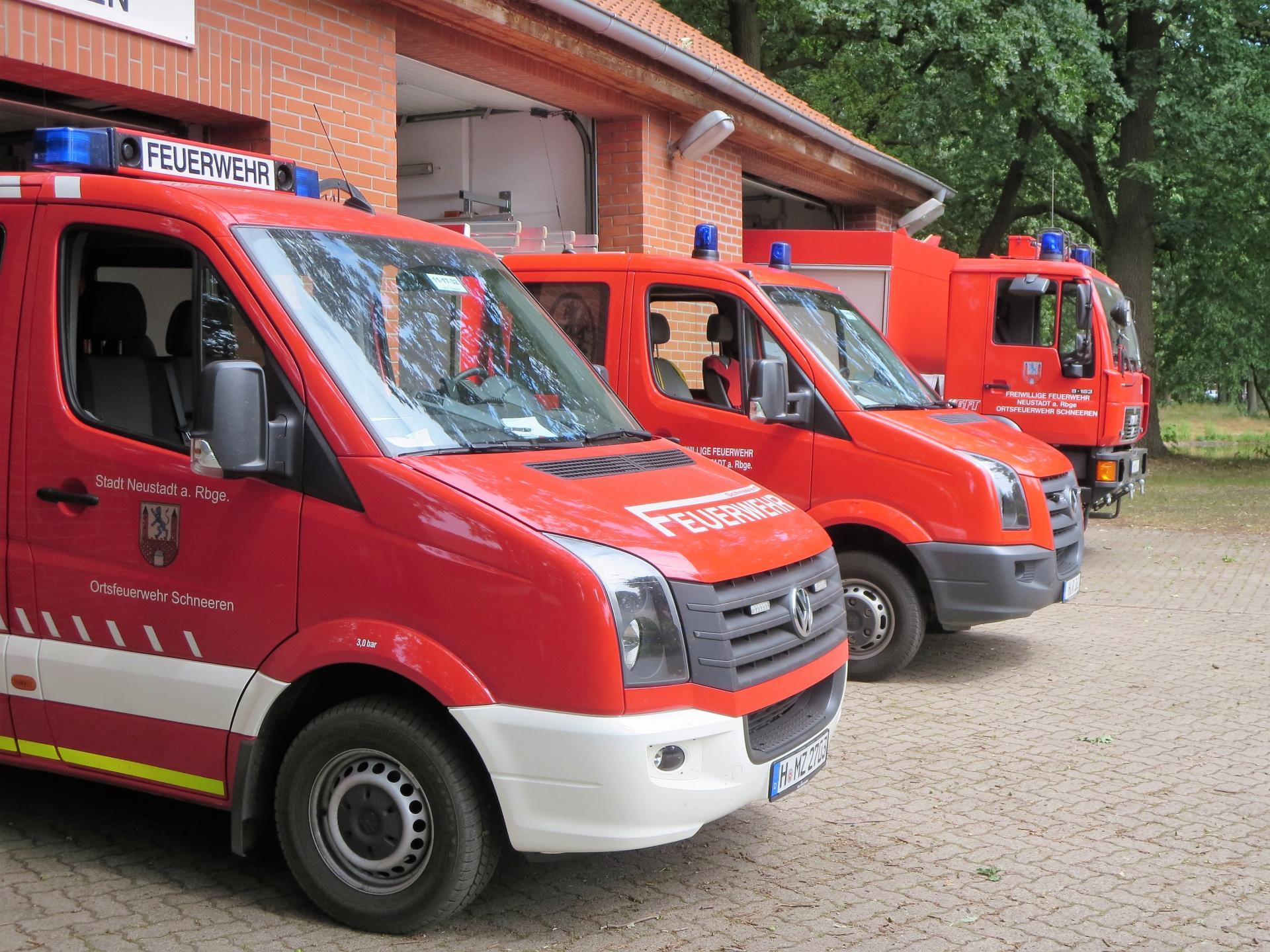 Feuerwehrhaus mit Fahrzeugen (1)