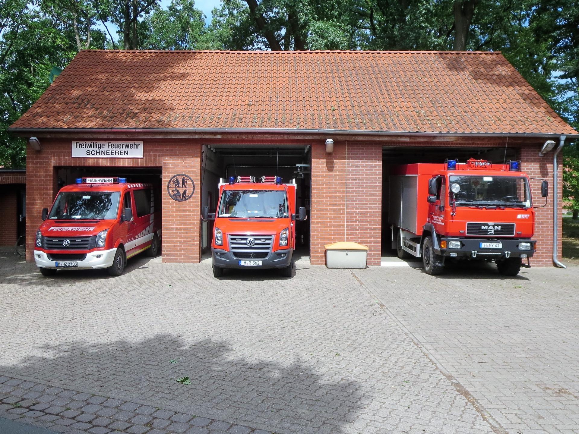 Feuerwehrhaus mit Fahrzeugen 2