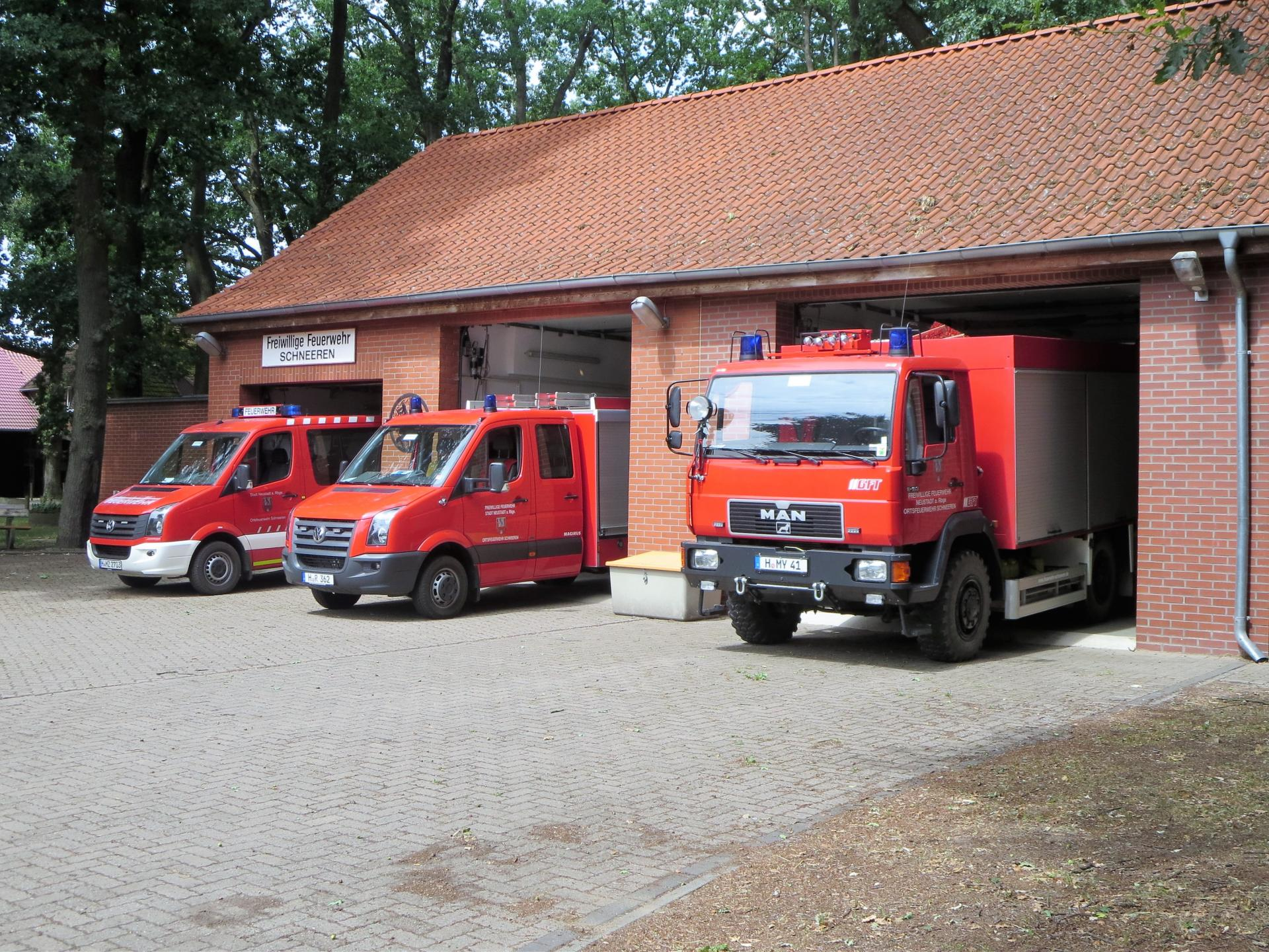 Feuerwehrhaus mit Fahrzeugen (4)