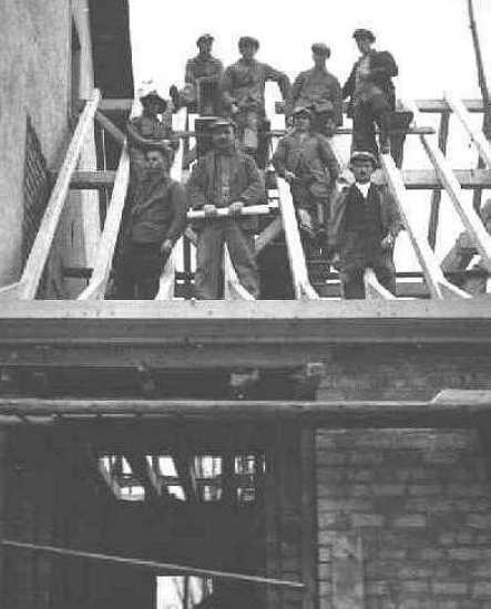 Die Hiester-Kolonne beim Anbau der Zelser Schule