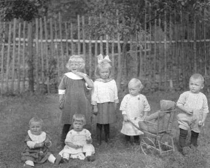 Fünf Cousinen, ein Vetter und ein Teddybär um 1925