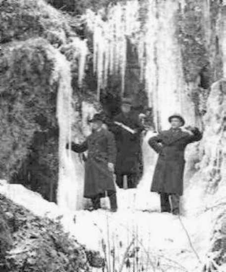 Man(n) posiert am vereisten Zelser Wasserfall