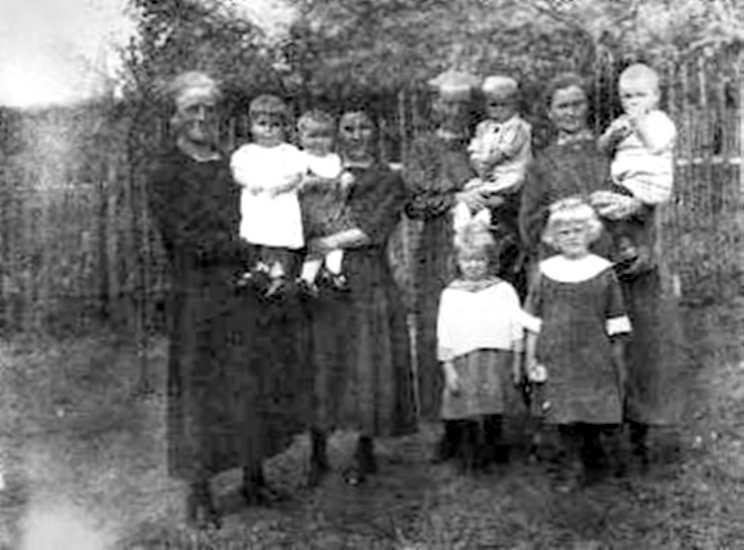 Vier Schwägerinnen präsentieren Zelser Nachwuchs