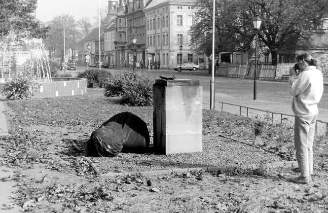 Karl-Marx-Büste zum zweiten Mal gestürzt, 1990 Foto: Eckhard Handke