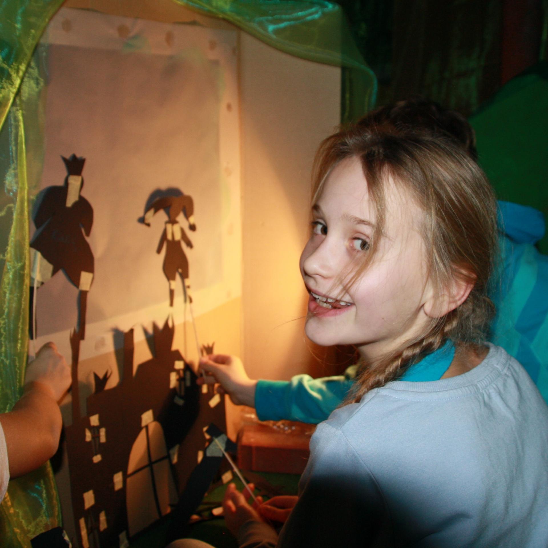 Schattentheater-Vorführungen der Kinder