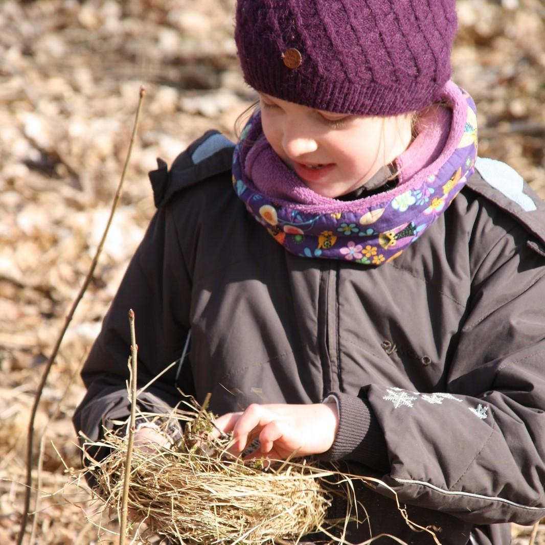 Kinder der Bibergruppe bauen Vogelnester