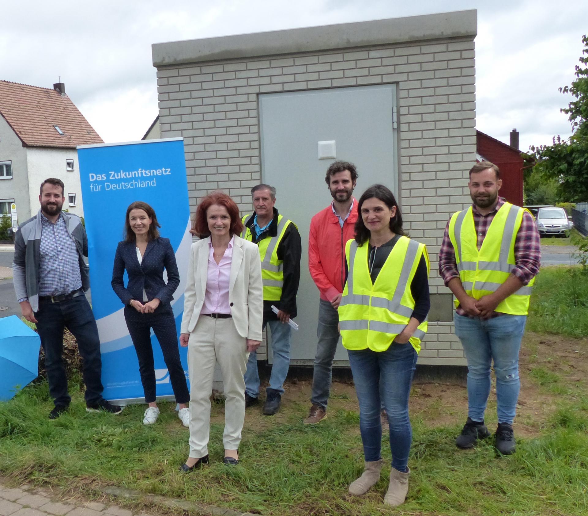 Deutsche Glasfaser und Baupartner Verne präsentieren der Stadt den neuen Hauptverteiler in Wachenbuchen.