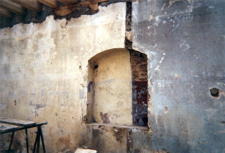 Ostwand mit Toranische vor der Restaurierung, Foto: Michael Bürger