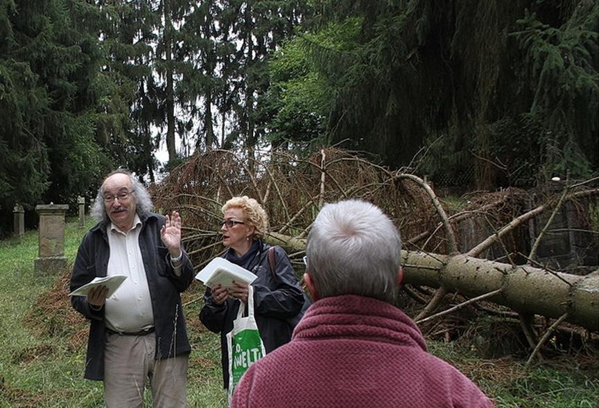 Führung über den jüdischen Friedhof in Staudernheim mit R. Wolff, Foto: Wilhelm Mayer