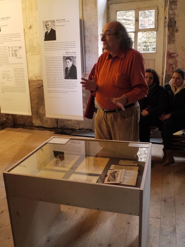Raymond Wolff vor Dokumenten aus der Sammlung Wolff, Foto: Michael Bürger