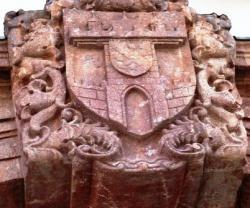 Das Wappen von Leisnig als  Schlussstein am Rathauseingang
