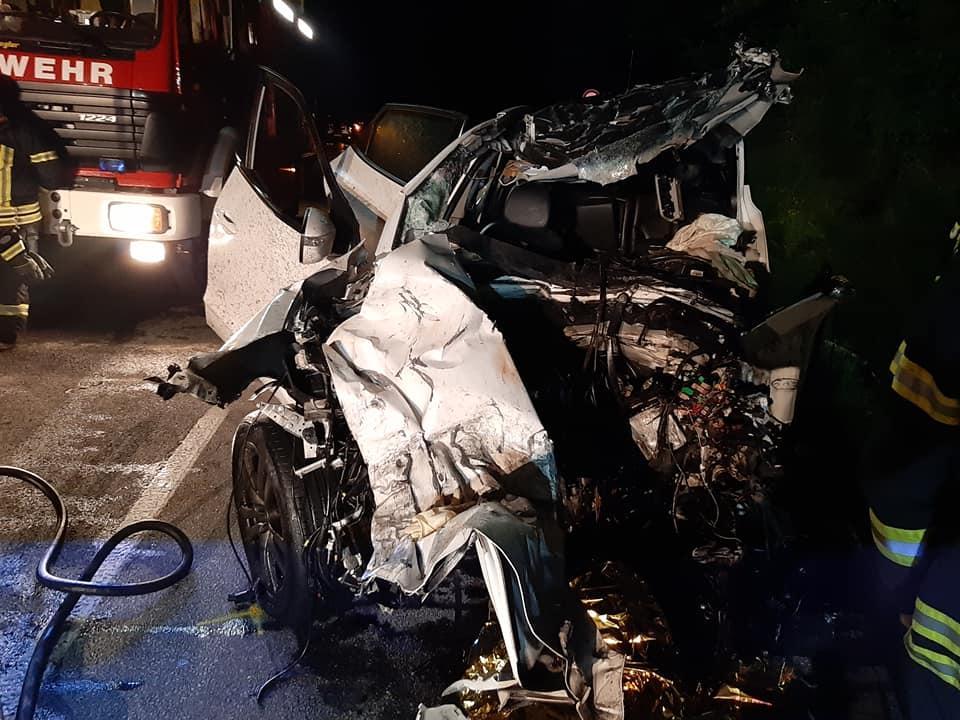 Verkehrsunfall, Lkw brennt, Pkw Fahrer eingeklemmt 01.07.2020