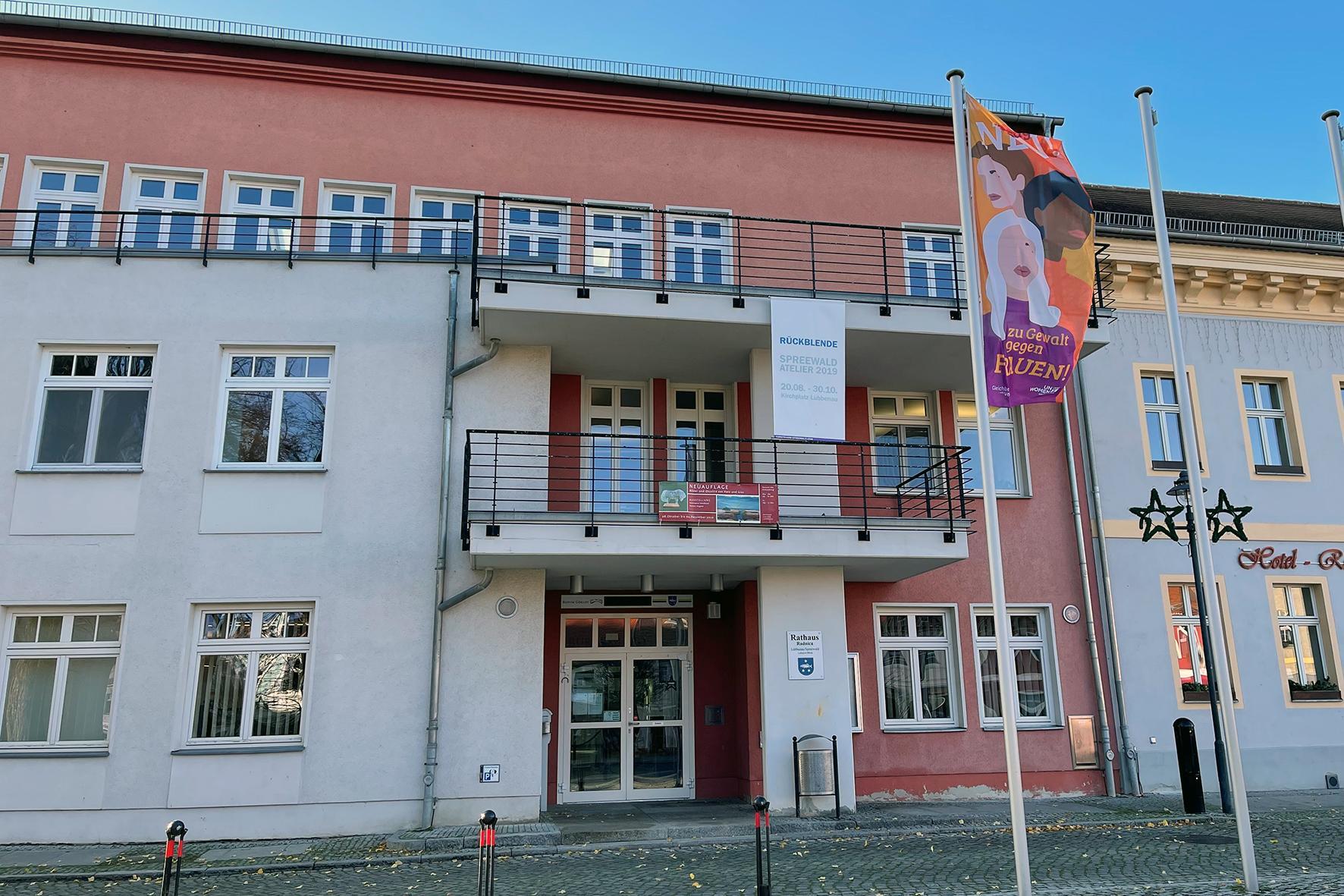 Bild der Fahne zum Internationalen Tag gegen Gewalt an Frauen, Quelle: Stadt Lübbenau/Spreewald