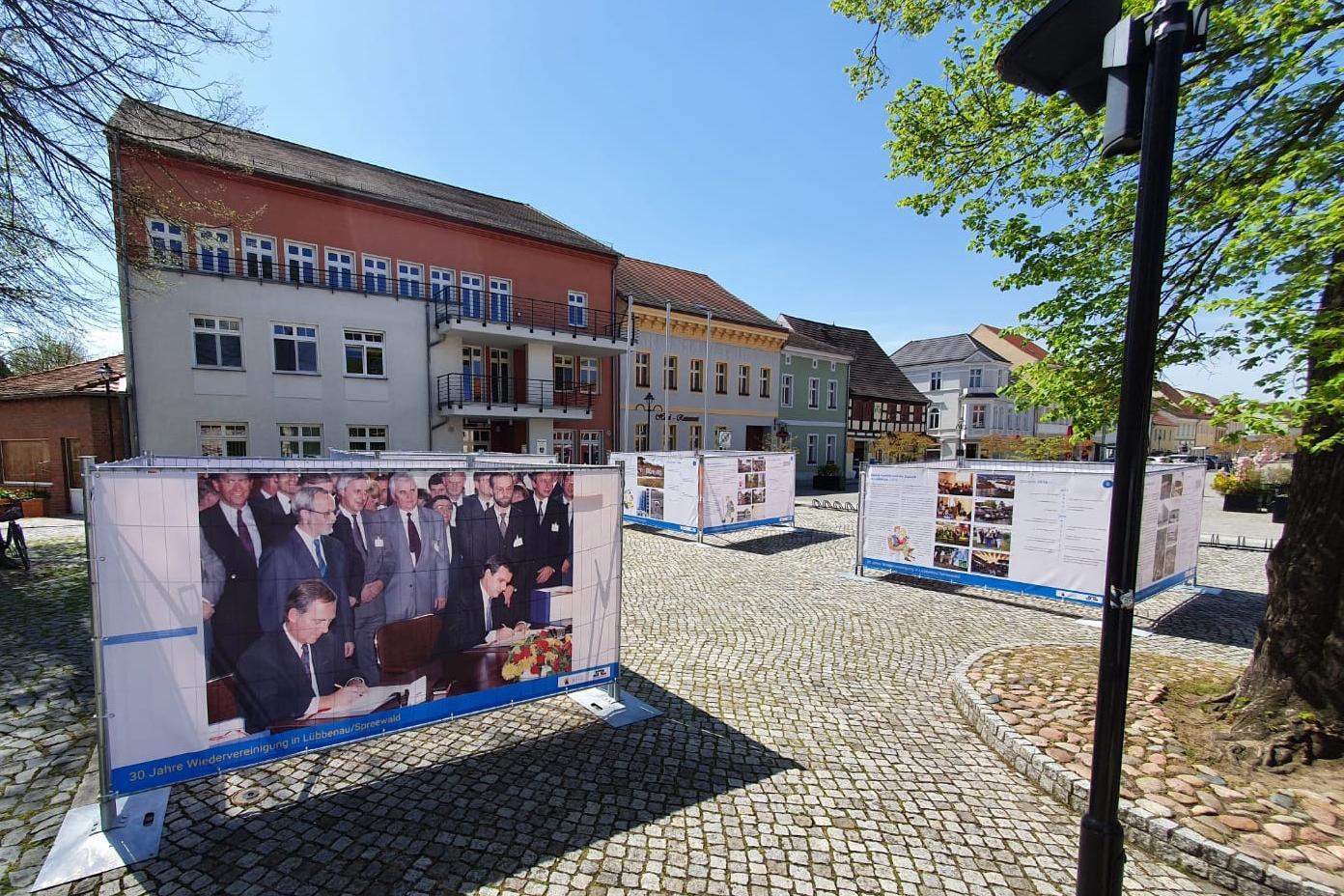 Bild Blick auf die Freiluftausstellung auf dem Lübbenauer Kirchplatz, Quelle: LUEBBENAUBRUECKE, Michael Hensel