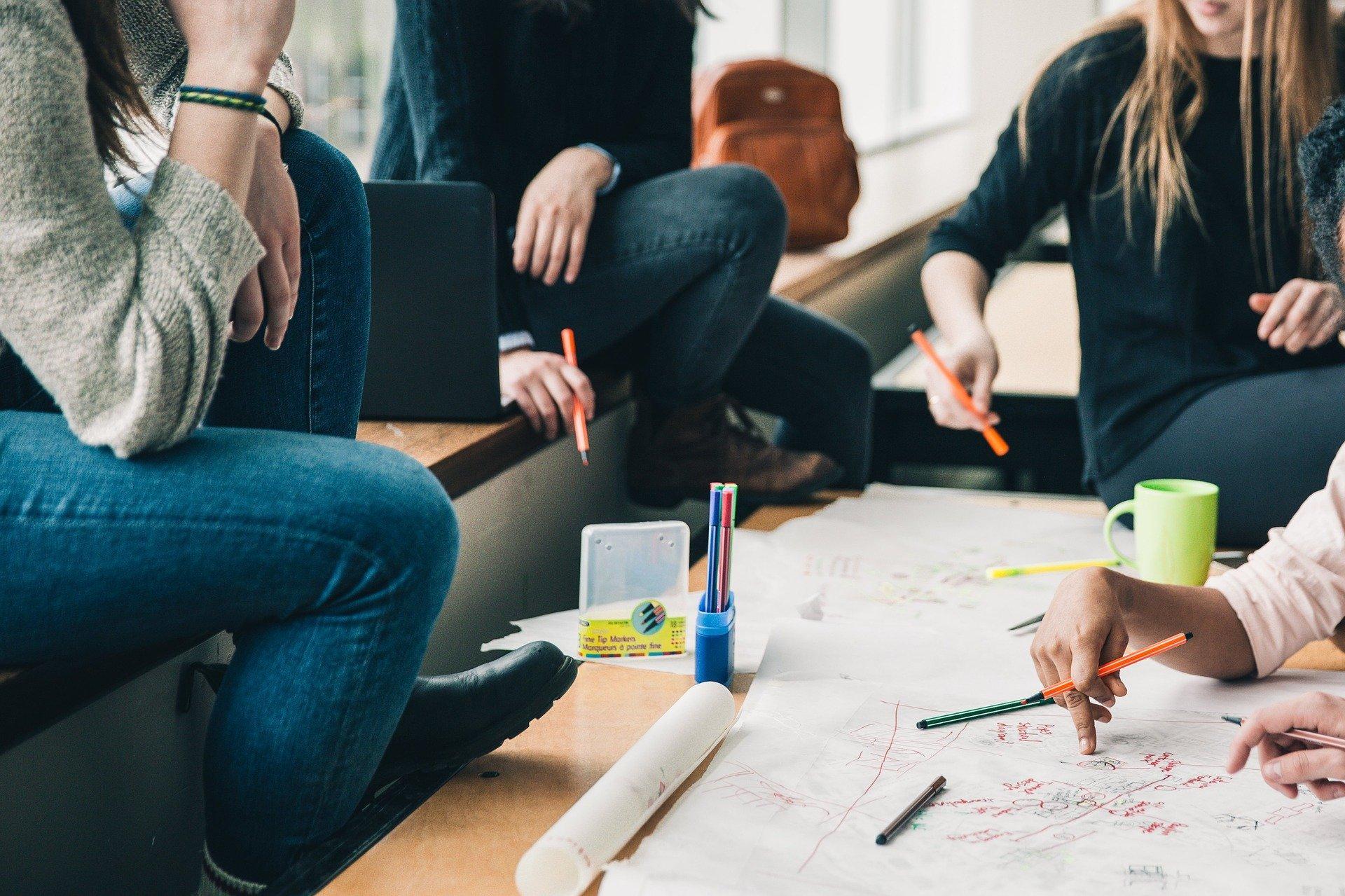 Bild Lerngruppe mit Schülern, Quelle: Bild von StockSnap auf Pixabay