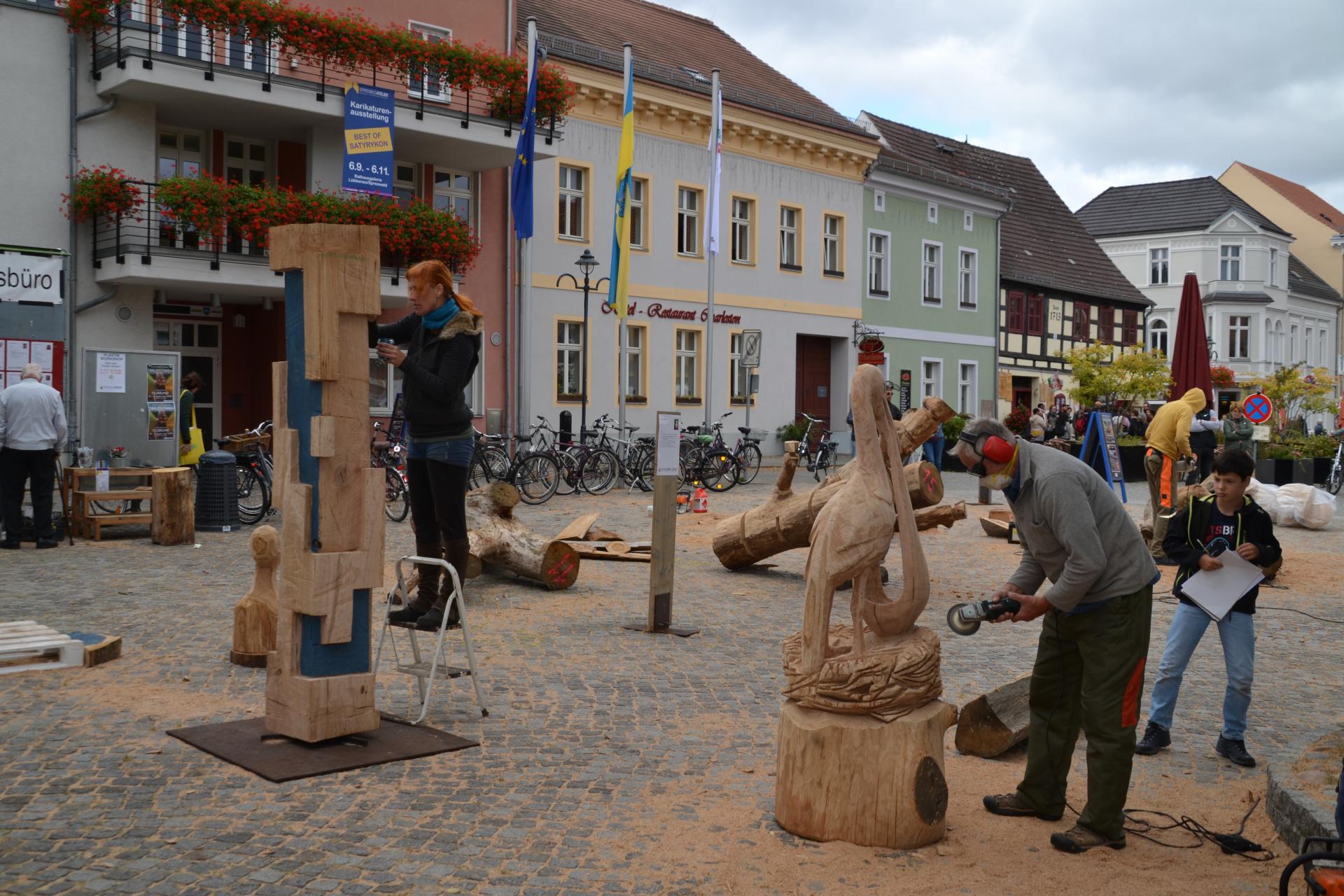 Künstler beim gestalten Ihrer Skulpturen beim SPREEWALDATELIER 2019, Quelle: Stadt Lübbenau/Spreewald