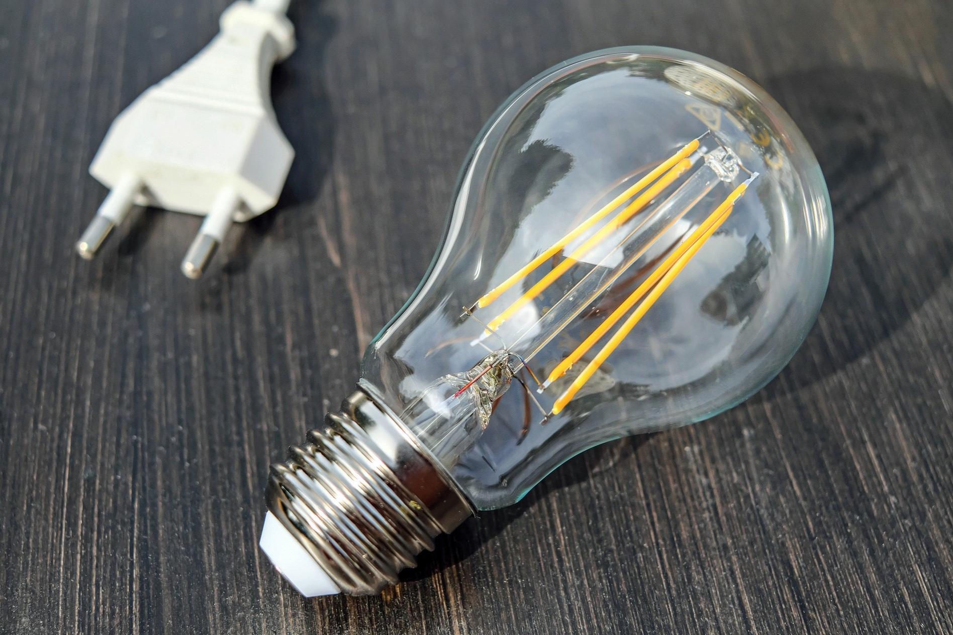 Bild Glühbirne und Stecker, Quelle: Bild von Couleur auf Pixabay