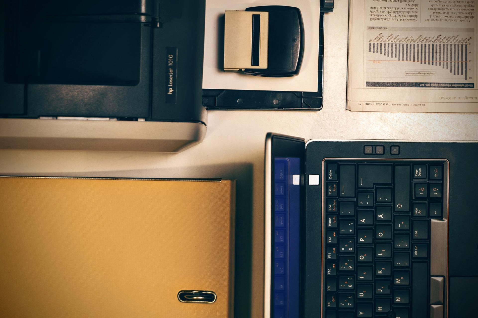 Bild Laptop, Drucker, Ordner und Locher; Quelle: Bild von Oliver Menyhart auf Pixabay