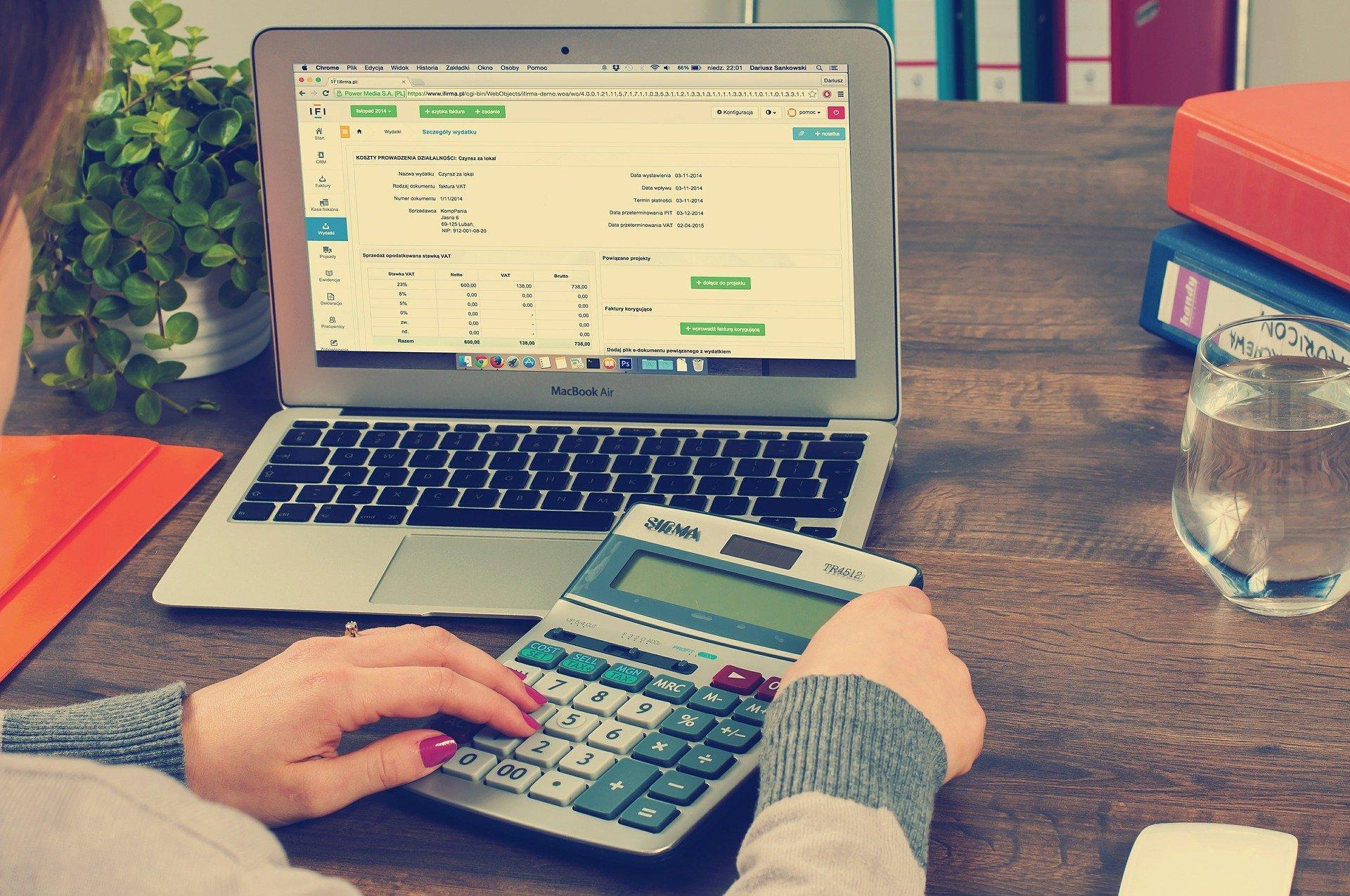 Bild Taschenrechner und Laptop, Quelle: Bild von William Iven auf Pixabay