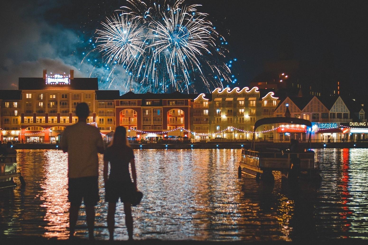Bild Menschen beobachten Feuerwerk, Quelle: Bild von skeeze auf Pixabay