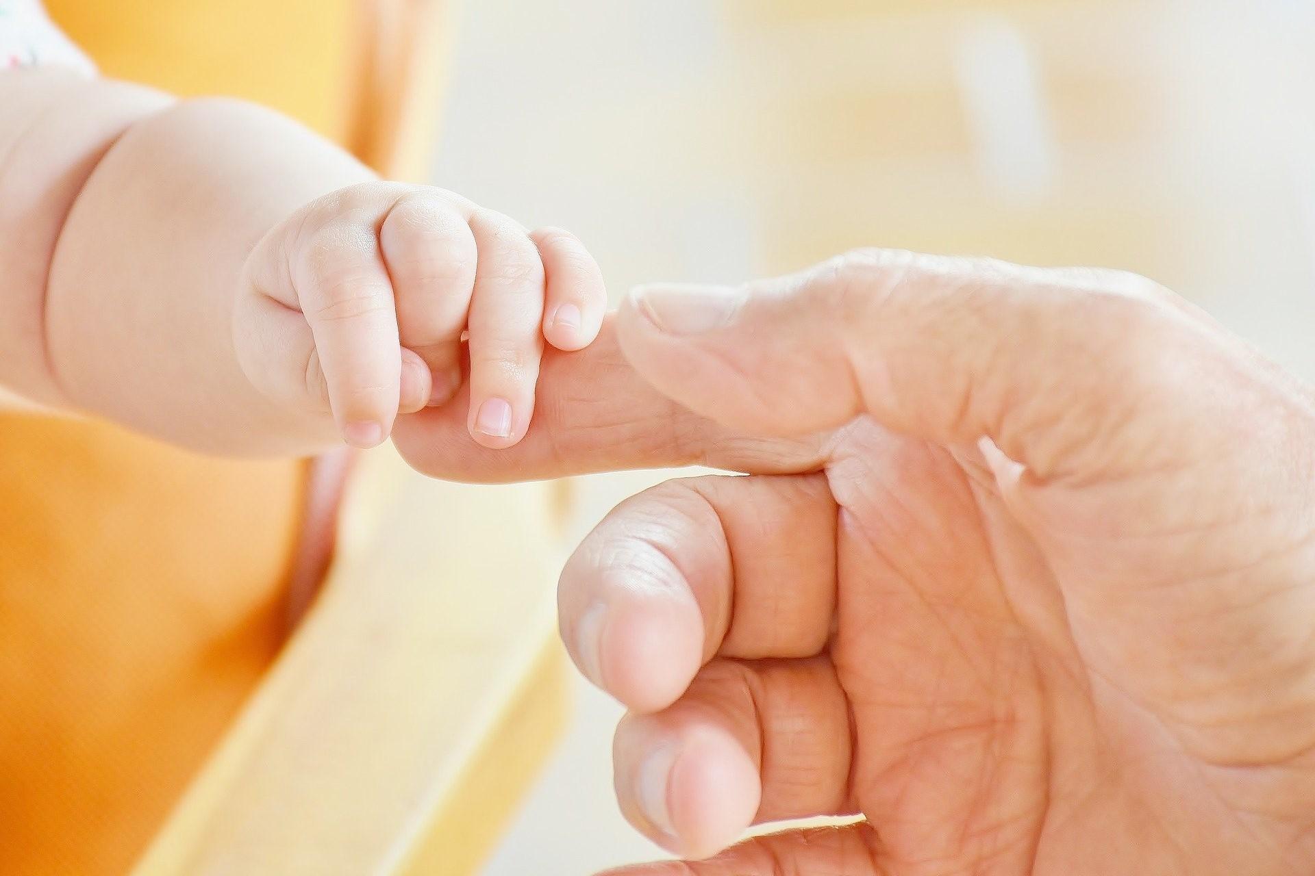 Bild Babyhand, Quelle: Bild von RitaE auf Pixabay