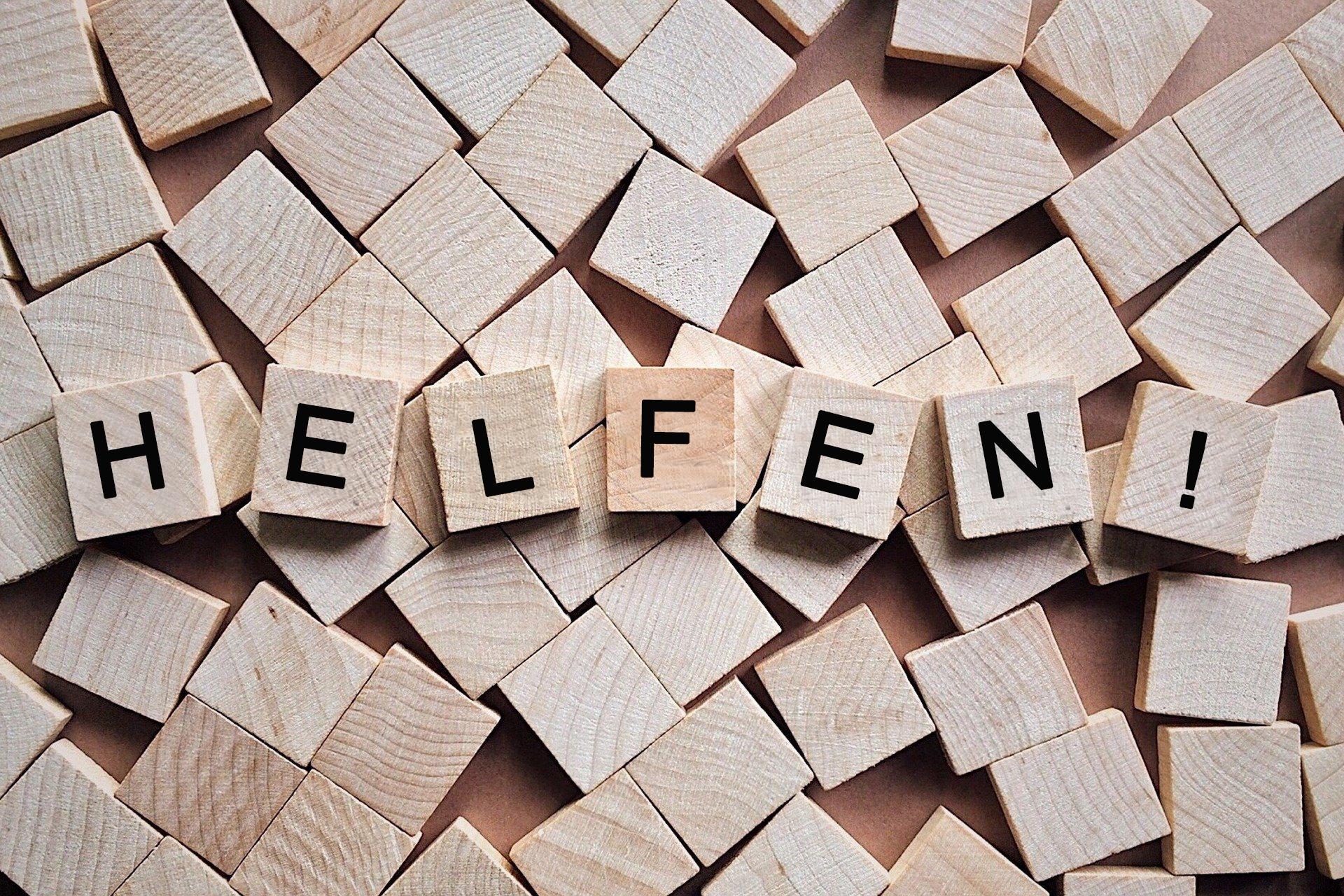 """Bild Steine mit dem Wort """"Helfen"""", Quelle: Bildbearbeitung auf der Grundlage eines Bildes von Wokandapix auf Pixabay"""