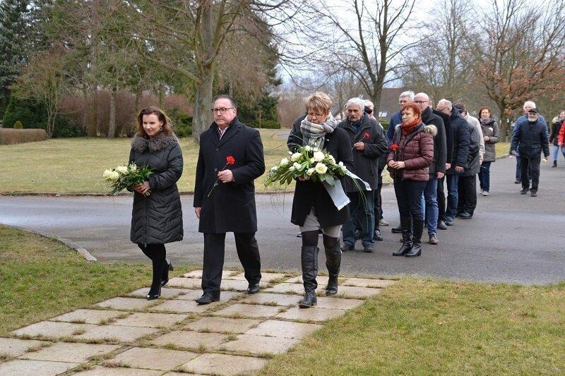 Blumen Niederlegen Holocaust-Gedenkstätte, Quelle: Stadt Lübbenau/Spreewald