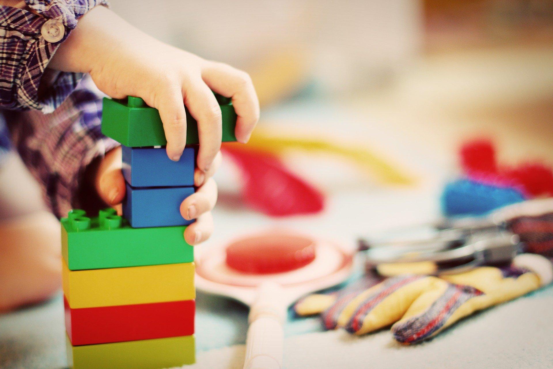 Bild Kind spielt, Quelle: Bild von Esi Grünhagen auf Pixabay