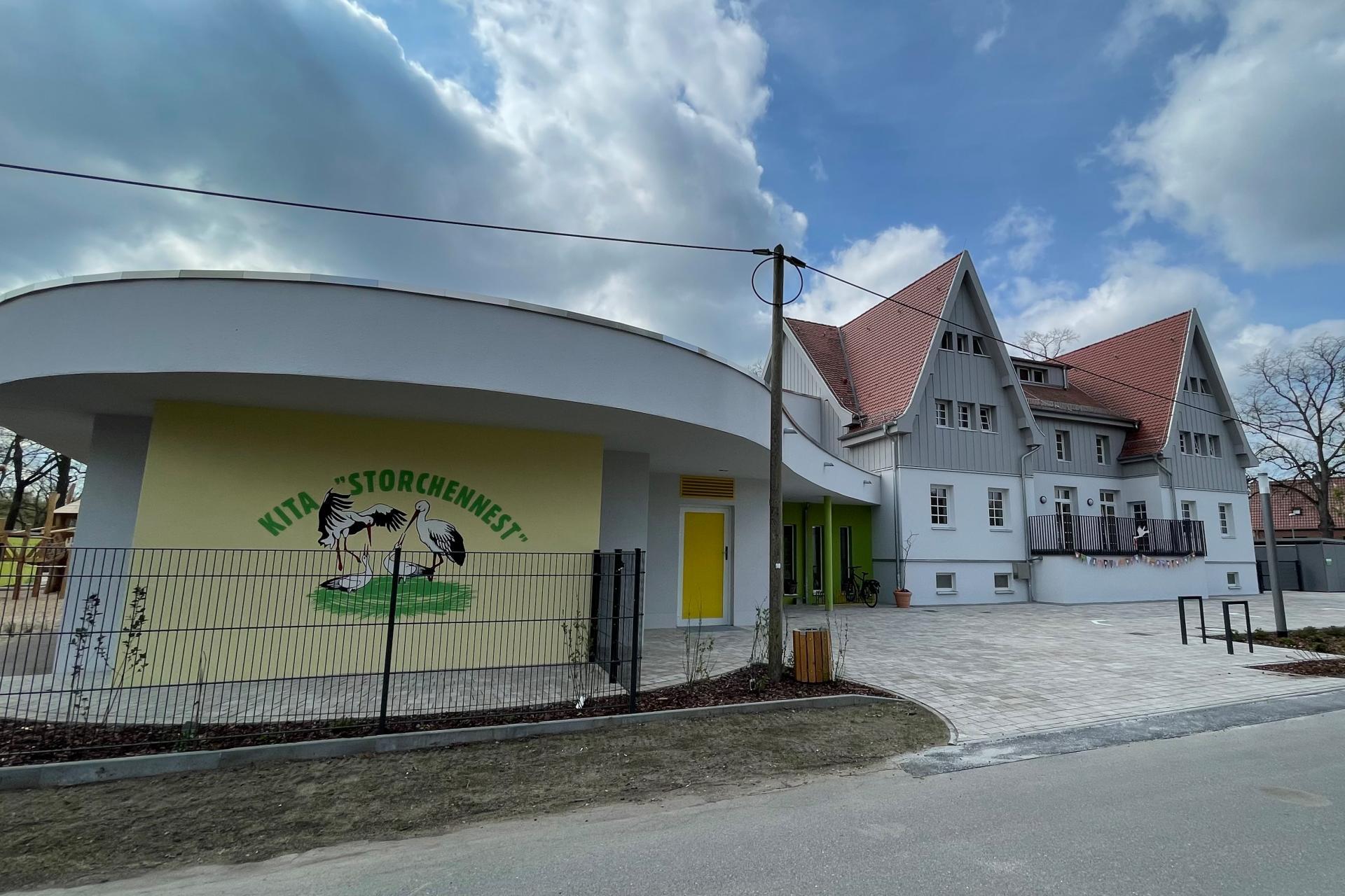 """Eingangsbereich der neuen Kita """"Storchennest"""" und des Dortfgemeindezentrums im Ortsteil Boblitz der Stadt Lübbenau/Spreewald"""