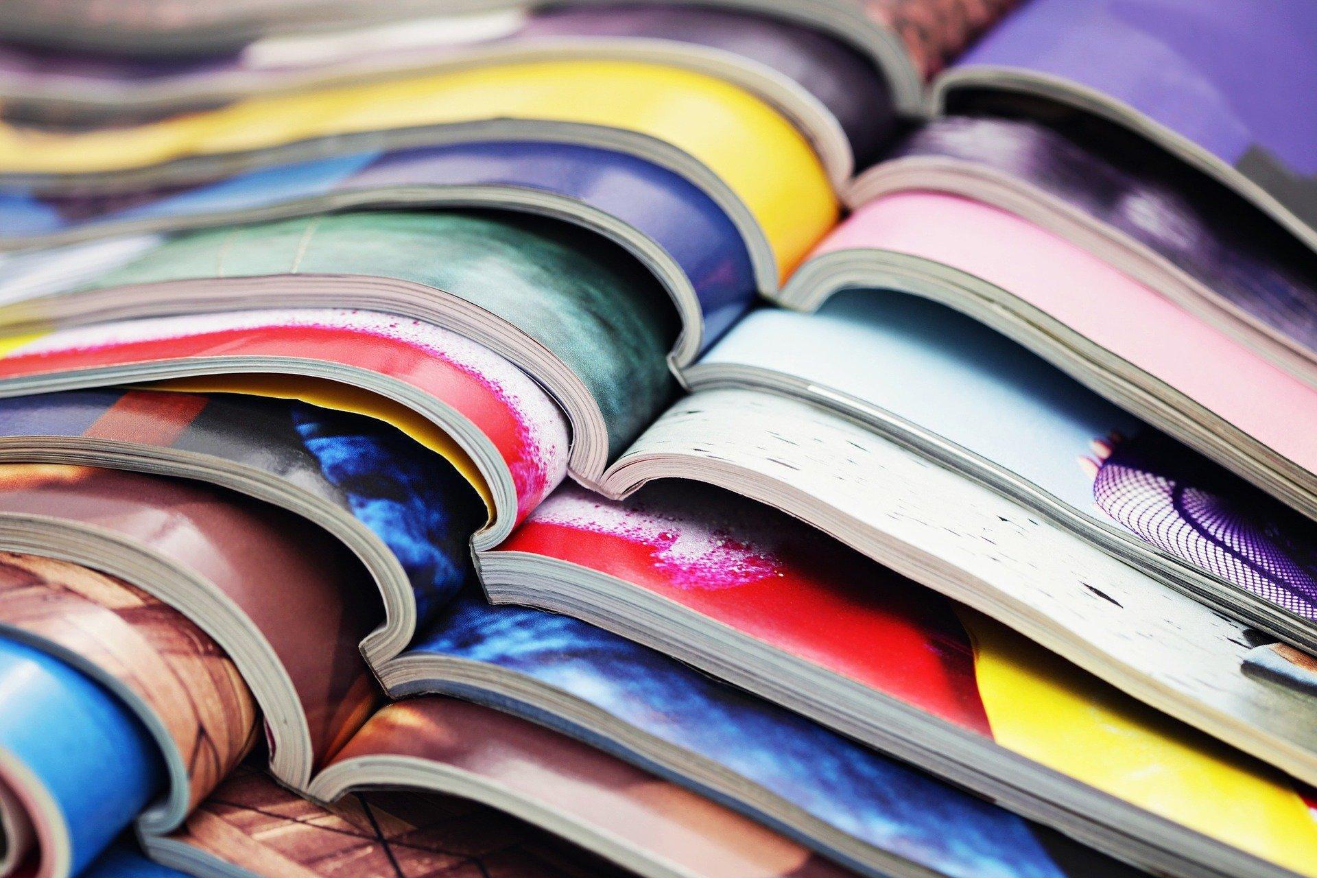 Bild von aufgeschlagenen Magazinen, Quelle: Bild von kconcha auf Pixabay