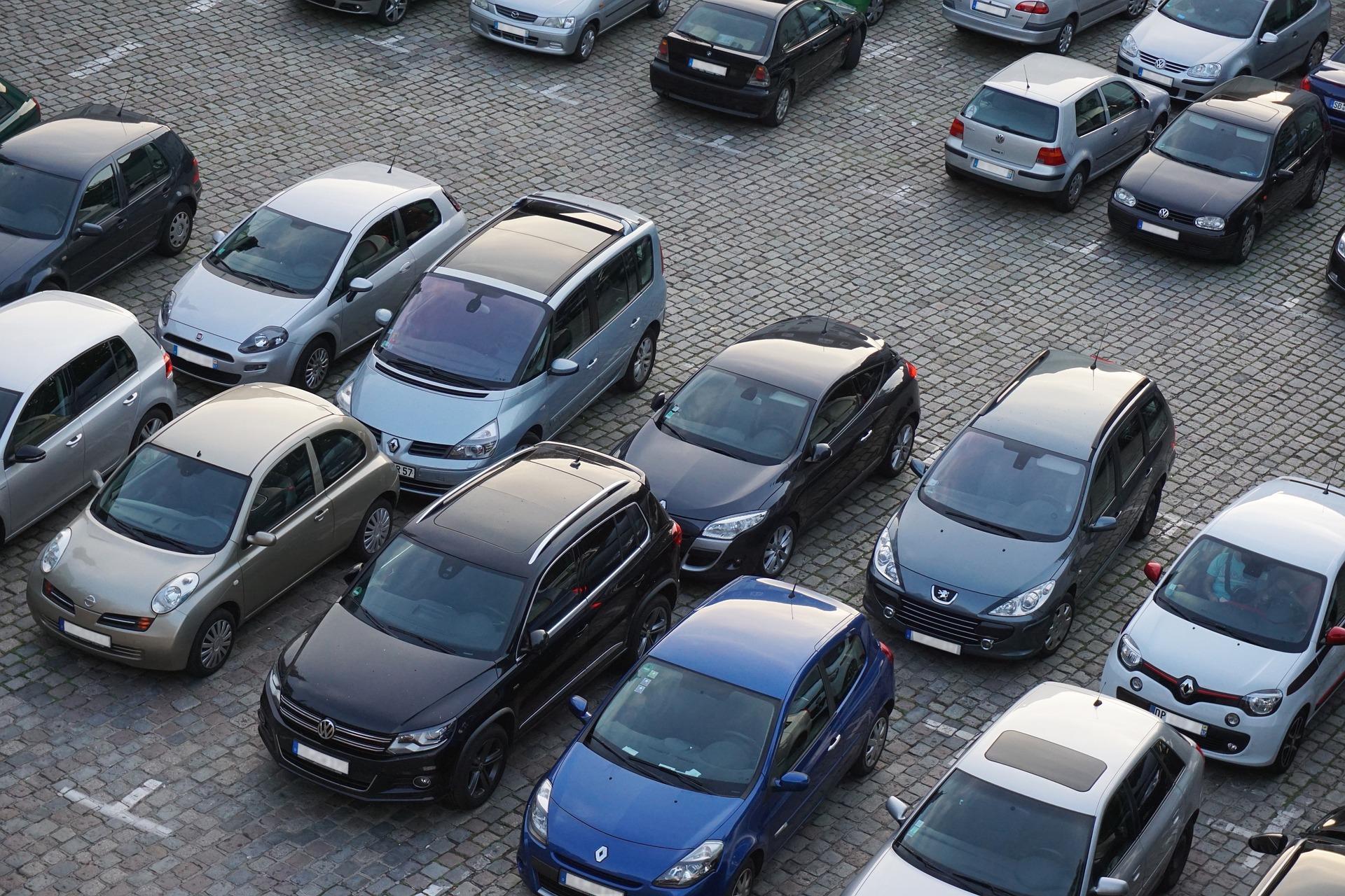 Parkende Autos, Quelle: Bild von Florian Pircher auf Pixabay