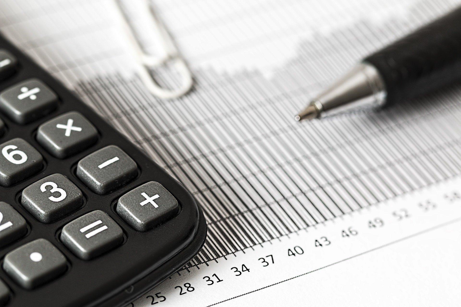 Bild Taschenrechner Rechnung und Stift, Quelle: Bild von Steve Buissinne auf Pixabay