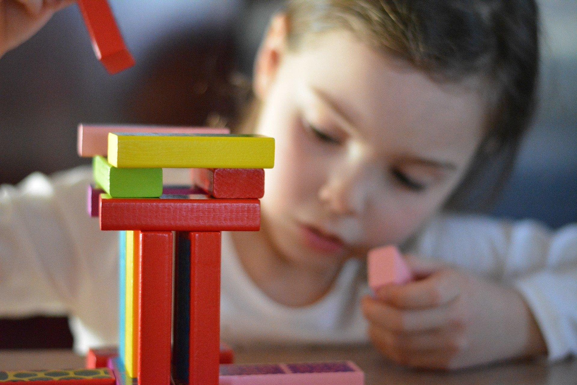 Bild Mädchen spielt mit Bausteinen, Quelle: Bild von Design_Miss_C auf Pixabay