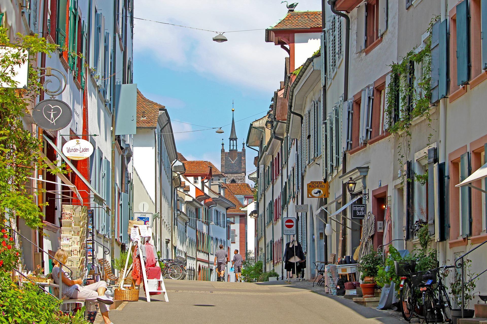 Bild STraße mit Läden, Quelle: Bild von Birgit Böllinger auf Pixabay