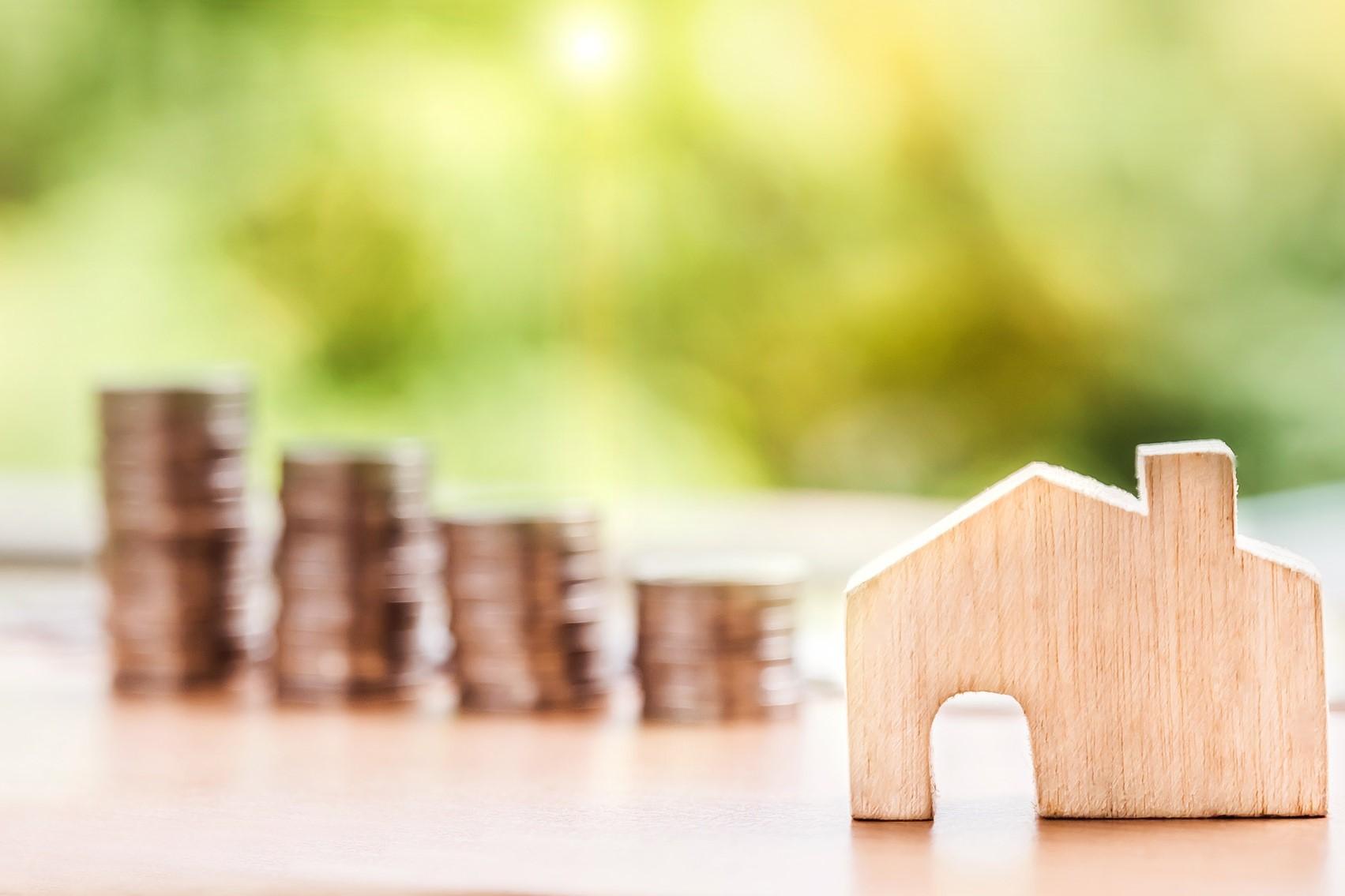 Bild Holzhaus und Geldmünzen, Quelle: Bild von Nattanan Kanchanaprat auf Pixabay