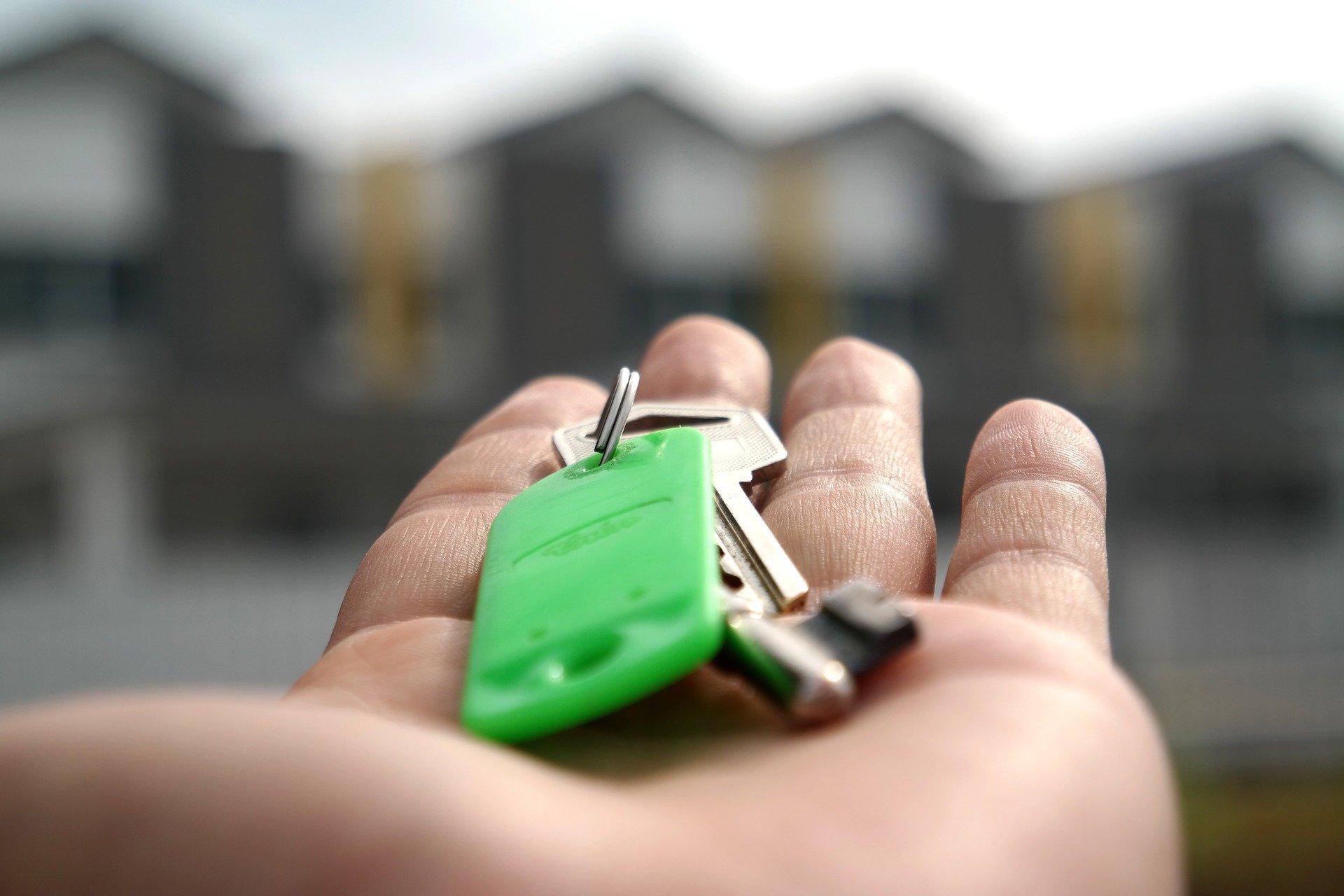 Bild Schlüssel in Hand, Quelle: Bild von mastersenaiper auf Pixabay