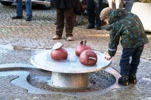 Wasserspielplatz - Junge beim Spielen 300x200