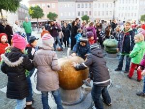 Wasserspielplatz - Kinder probieren die neuen Spielobjekte aus - 300x225