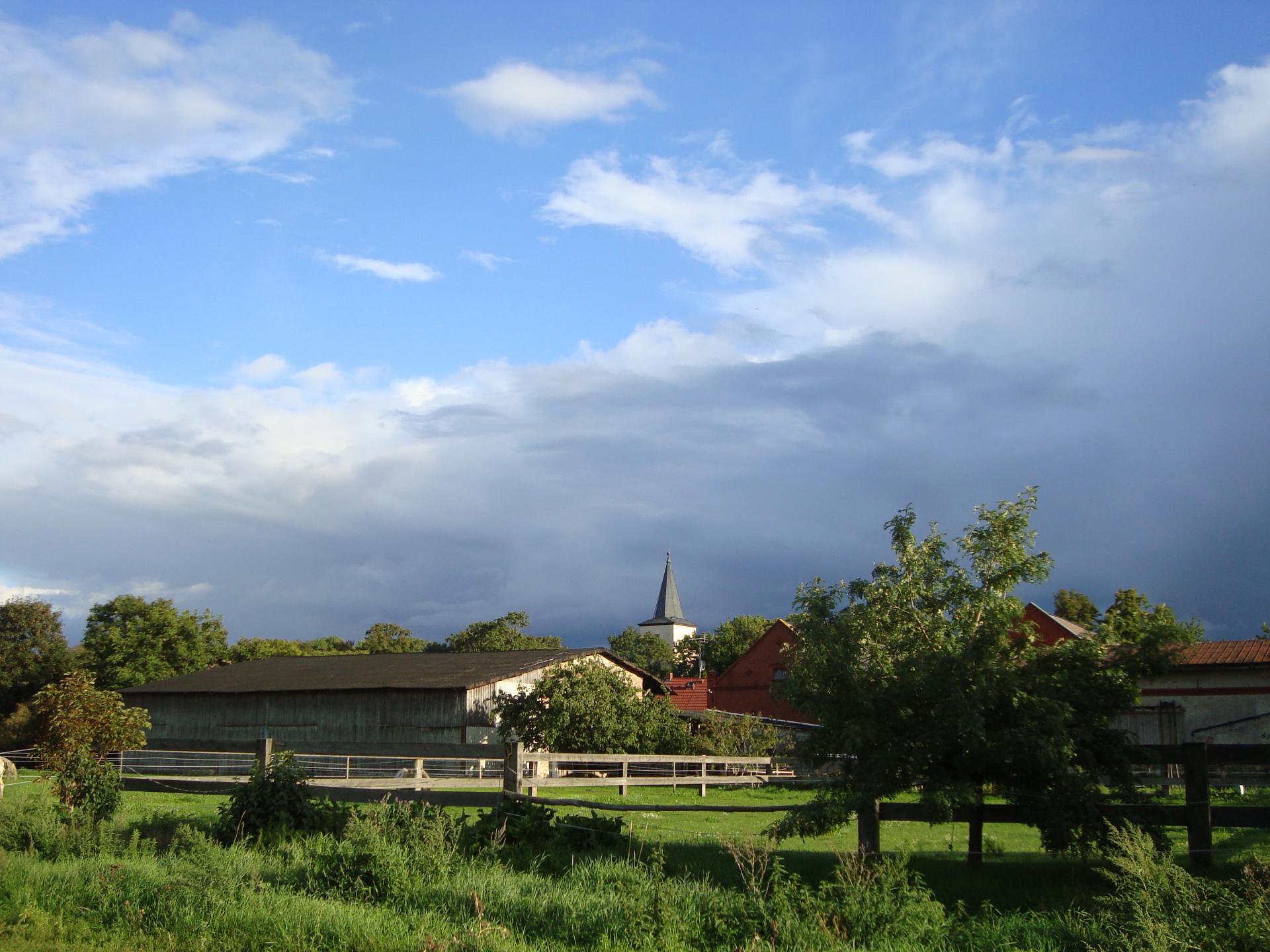 Kirche mit Wolken