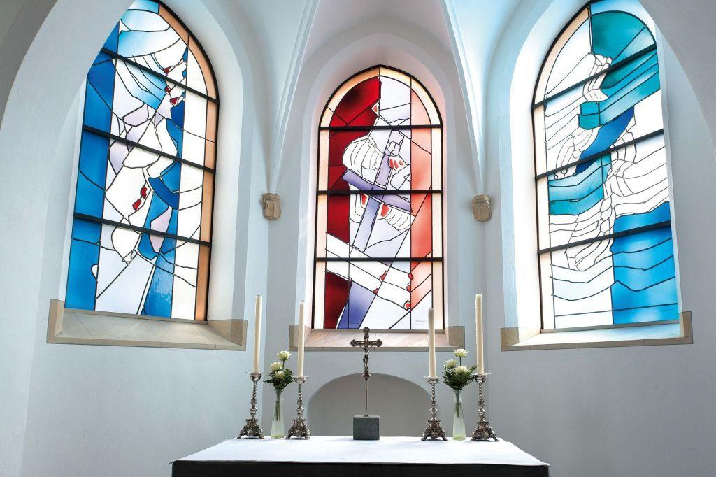 Buntglasfenster am Hauptaltar