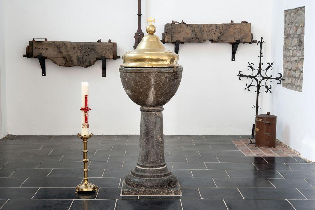 Taufstein aus dem Jahre 1762 in der Taufkapelle