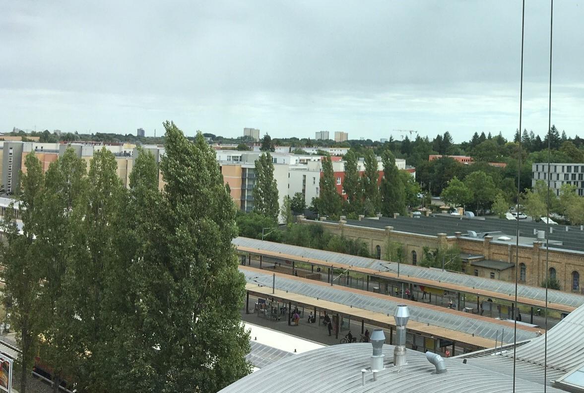 Blick aus dem Fenster auf den alten Lockschuppen