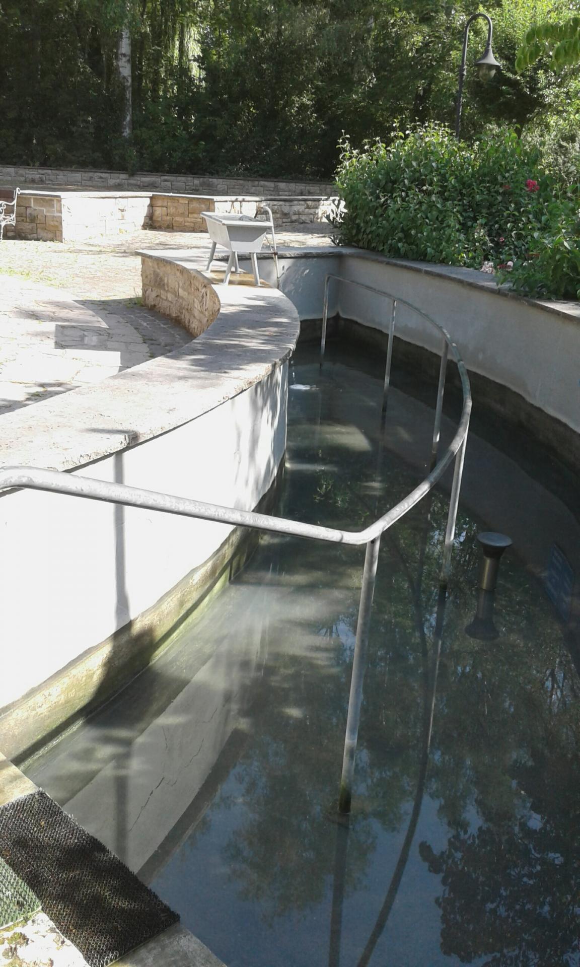 Kneipp-Tretbecken mit Schwefelwasser