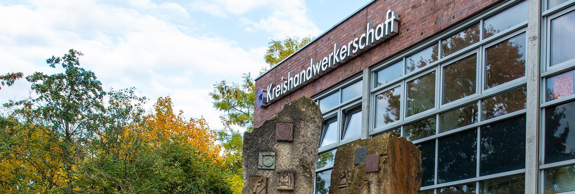 Schriftzug Kreishandwerkerschaft auf Gebäudefassade