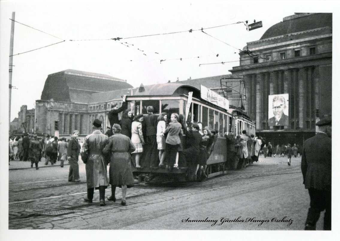 Trittbrettfahrer vor dem Leipziger Hauptbahnhof 1948